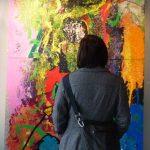 Kuva 2, henkilö katsoo maalausta